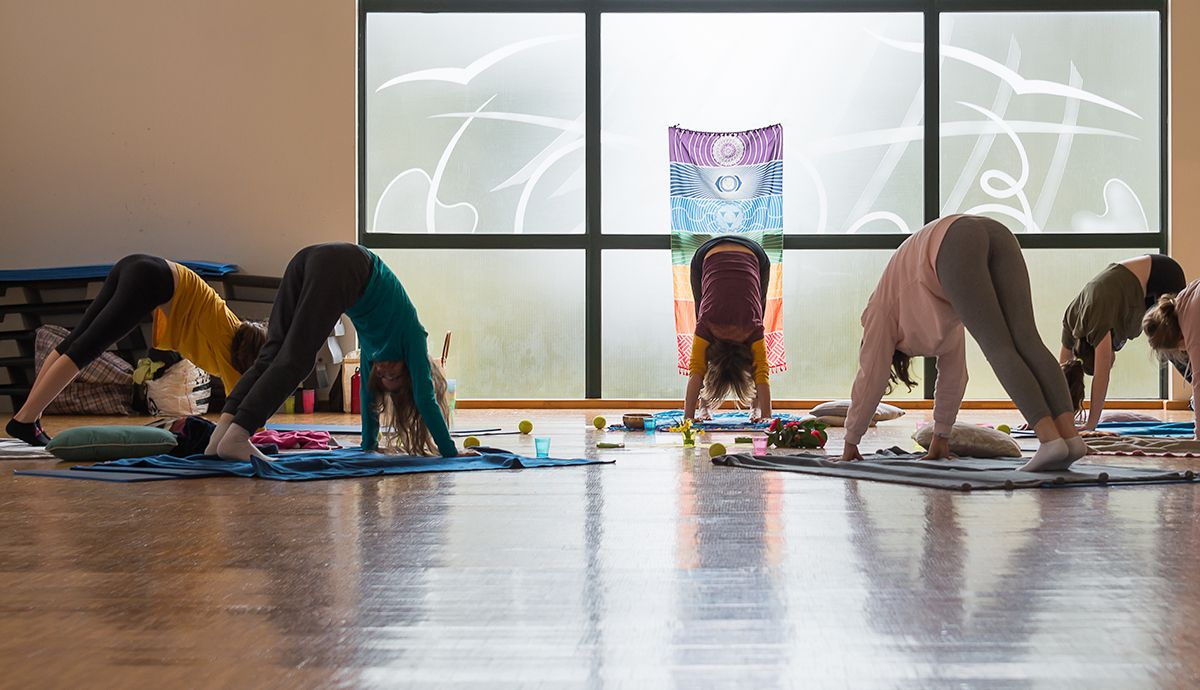 Cours de Yoga par Brigitte pour ado salutation au soleil